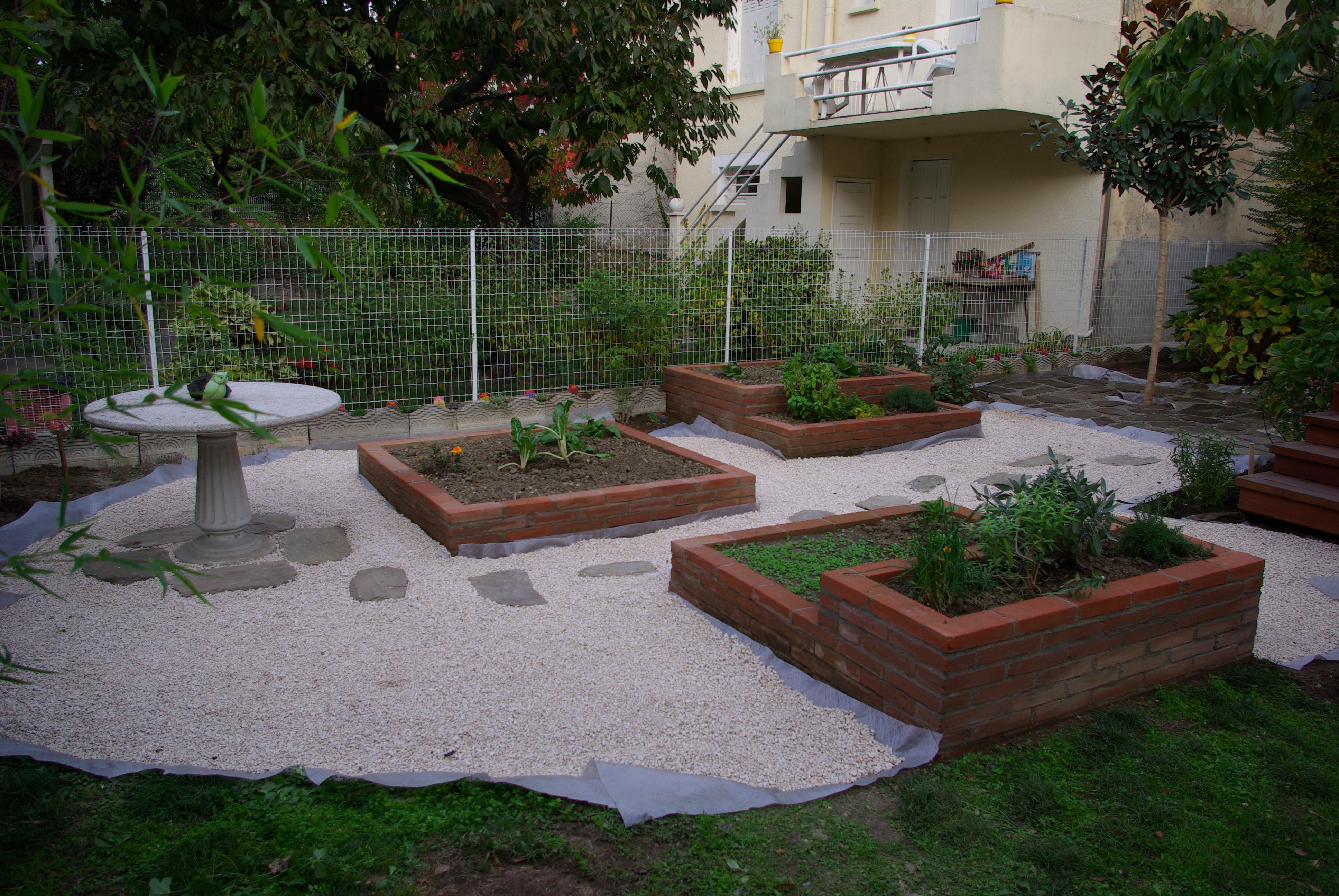 Exemple de maçonnerie paysagère avec un jardin minéral avec des murets en brique